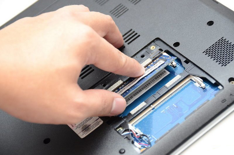 Установка модуля памяти в ноутбук