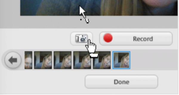 Нажимаем маленький значок камеры, расположенный под дисплеем веб-камеры
