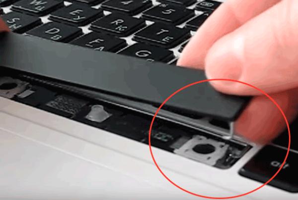 Большие кнопки ноутбука крепятся металлическим стабилизатором в пазы на клавиатуре