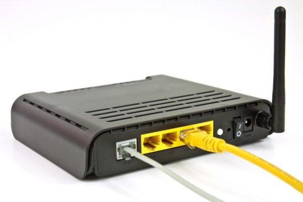 Извлекаем из роутера Ethernet-кабель, и подсоединяем его к ноутбуку или компьютеру