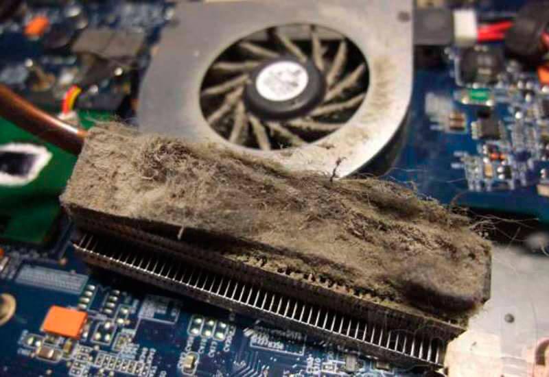 Накопившаяся на вентиляторе пыль