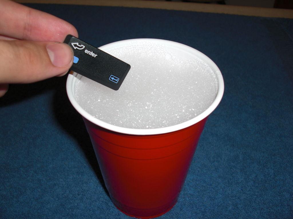 Очищаем кнопки с помощью мыльного раствора