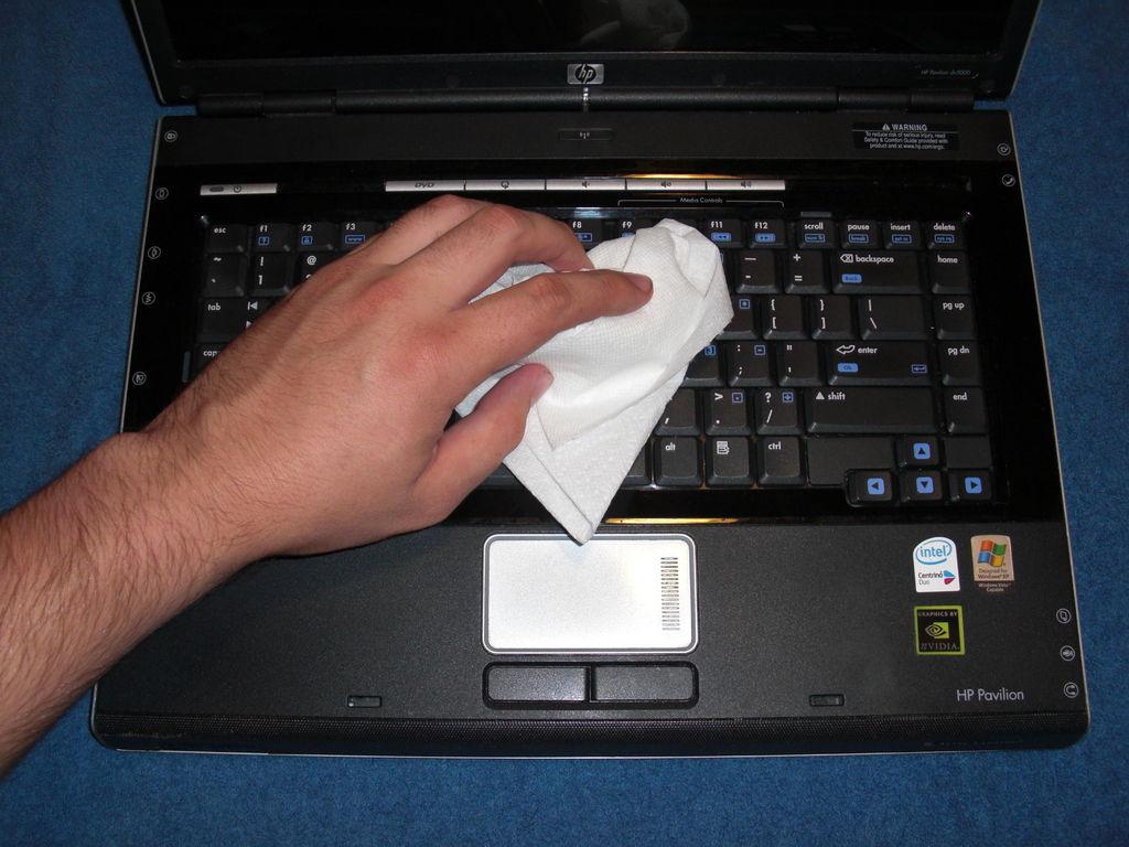 Очищаем кнопки с помощью салфетки
