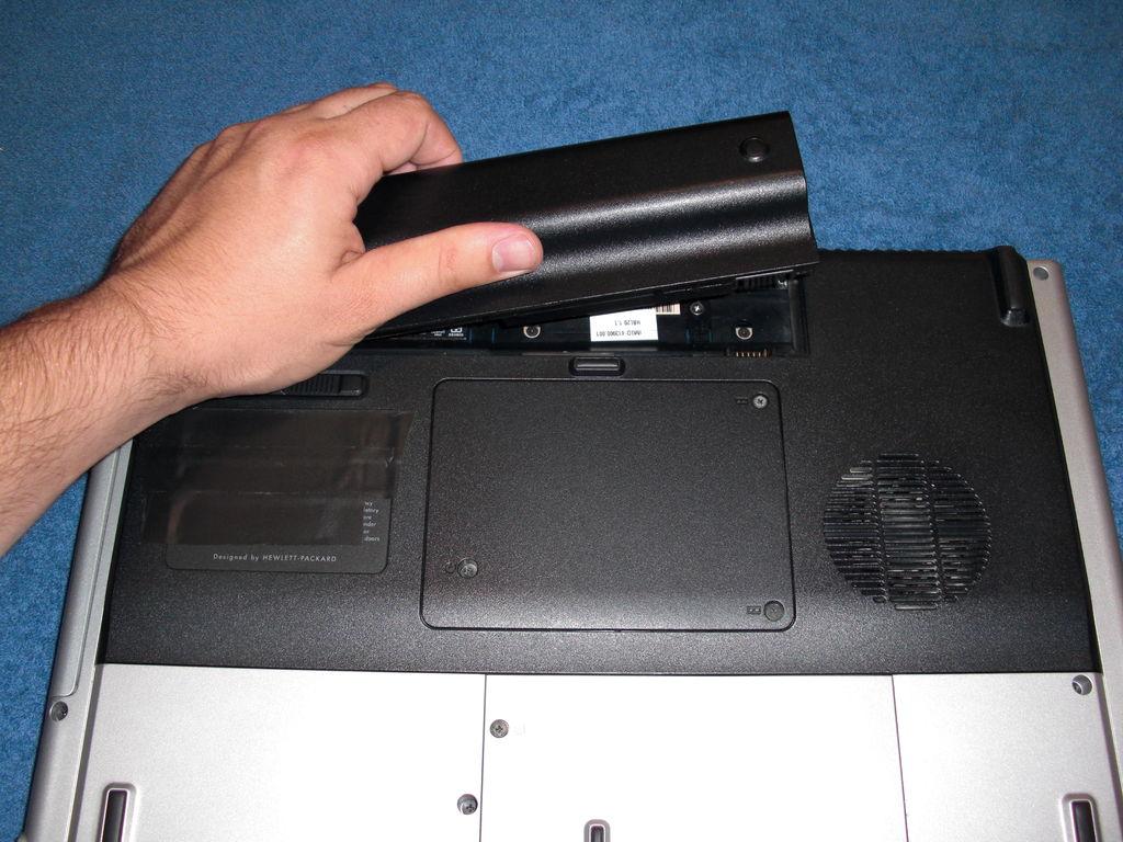 Перед чисткой ноутбука удалите USB-устройства, мышь и любые диски, которые могут быть подключены к ноутбуку