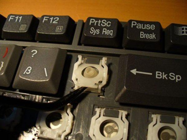 С помощью скрепки слегка поднимаем качели, что можно было установить клавишу