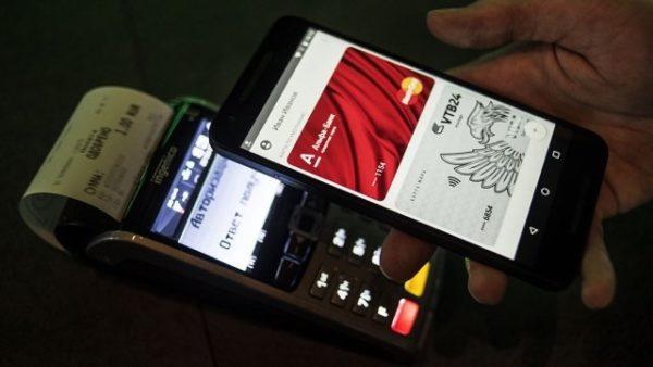 Включаем экран смартфона и прислоняем его задней частью к POS-терминалу