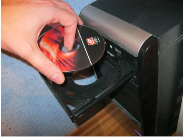 Вставляем диск в дисковод компьютера