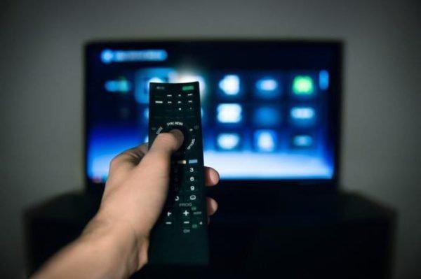 При помощи пульта для телевизора выбираем режим AV на телевизоре