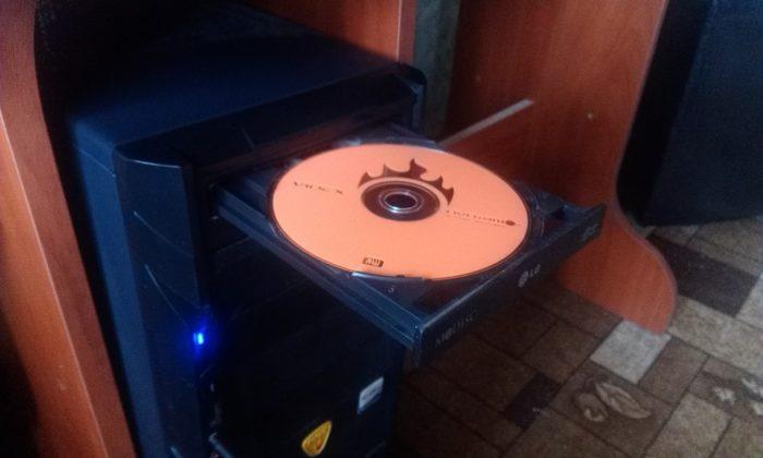 Вставляем диск или накопитель в системный блок