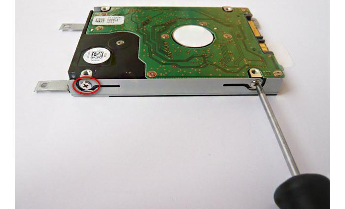 Откручиваем четыре винта крепления диска на боковых поверхностях корзины