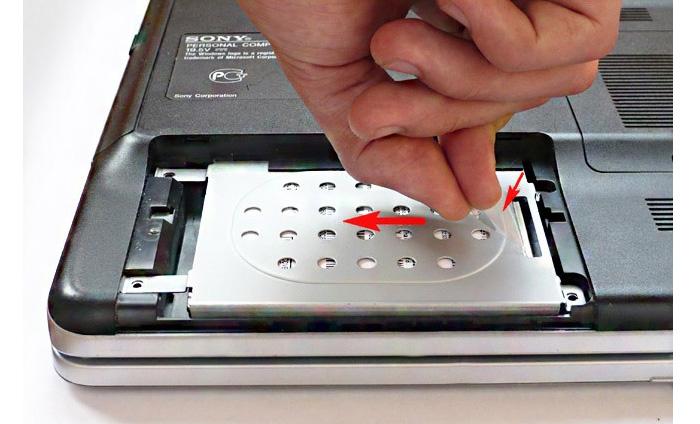 Отсоединяем жесткий диск от шины обмена данными и разъема питания