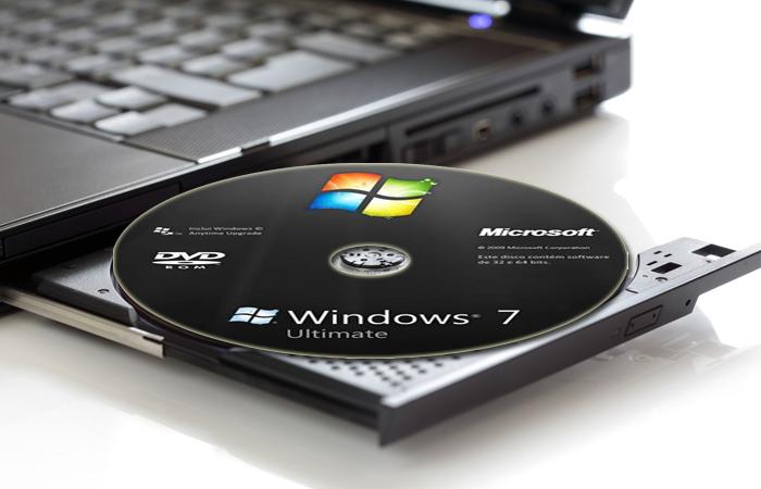 Вставляем загрузочный диск с системой в компьютер