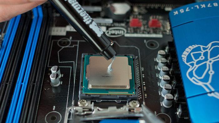 Берем тюбик с термопастой и аккуратно тонким равномерным слоем распределяем термопасту на поверхности процессора