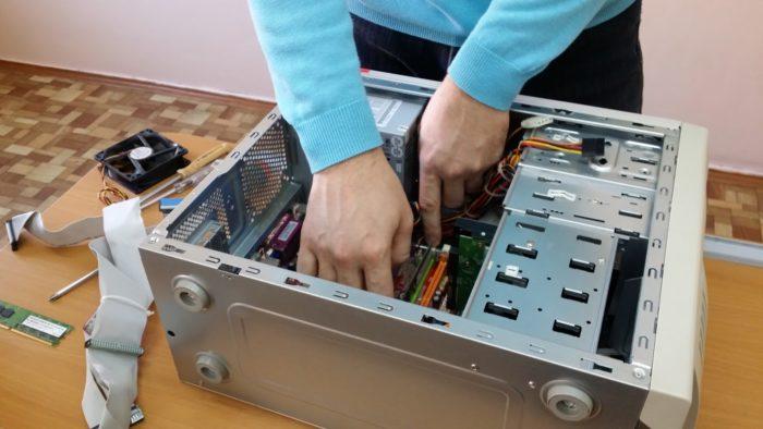 Для освобождения планок оперативной памяти отводим аккуратно защелки в стороны и извлекаем их