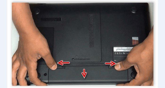 Переворачиваем ноутбук и снимаем батарею