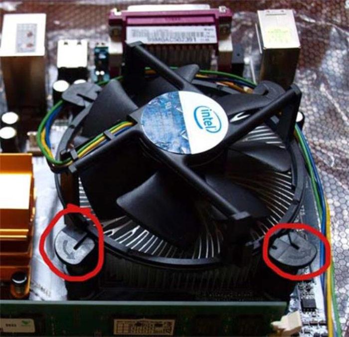 Пластиковые штифты, удерживая за верхние части, поворачиваем вокруг своей оси до их полного высвобождения из пазов, затем извлекаем радиатор и кулер