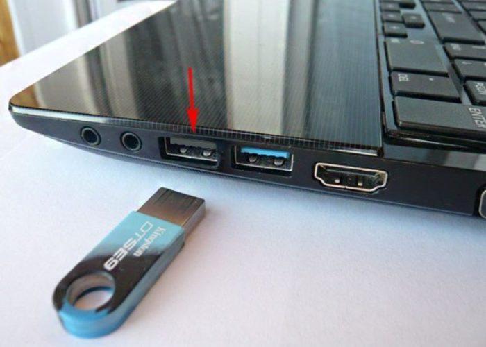Подключаем к ноутбуку загрузочный диск или устройство USB