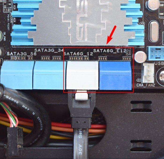 Рядом с гнездом находим обозначение интерфейса SATA