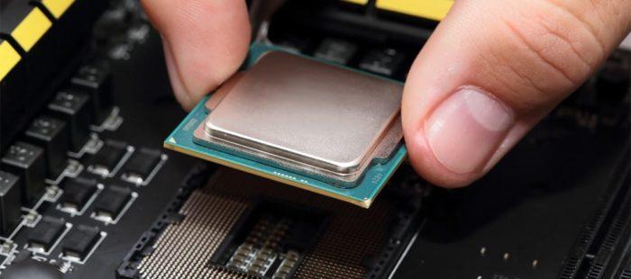 Устанавливаем процессор так, чтобы все его отверстия совпадали с отверстиями на слоте материнской платы, затем фиксируем его защелкой