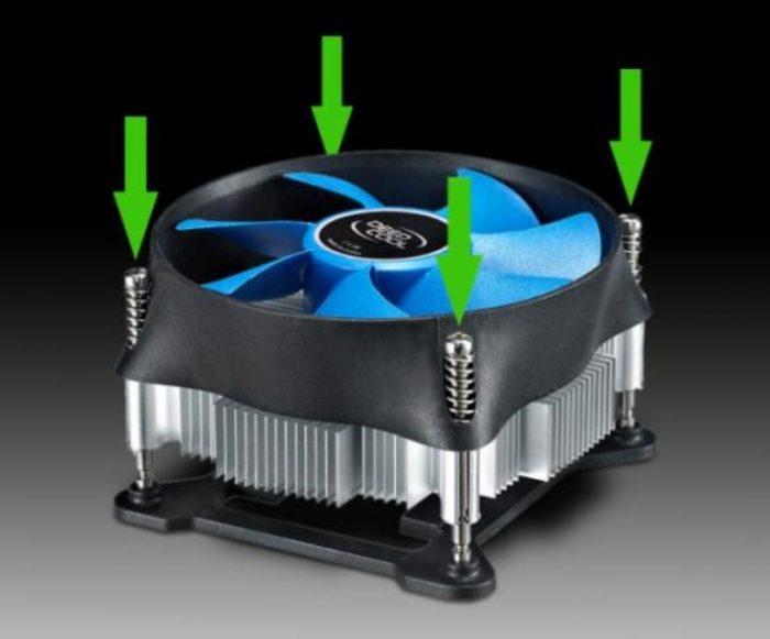 Выкручиваем 4 элемента крепежа, которые зафиксированы на корпусе кулера, после чего аккуратно извлекаем вентилятор вместе с радиатором