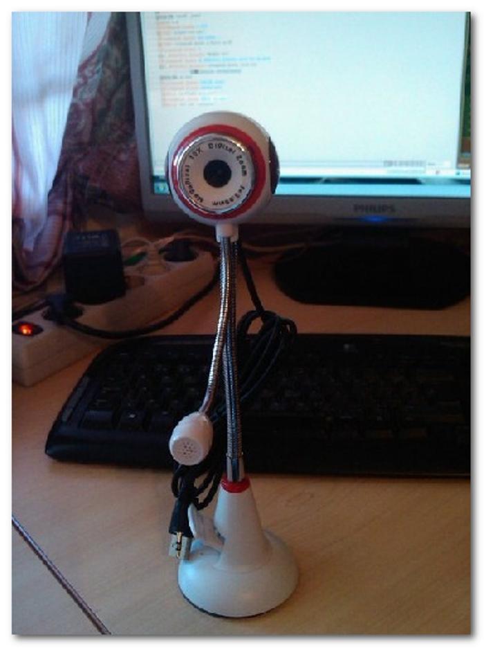 Настольную веб-камеру ставим на ровное, высокое место, чтобы ее глазок был направлен на лицо сидящего