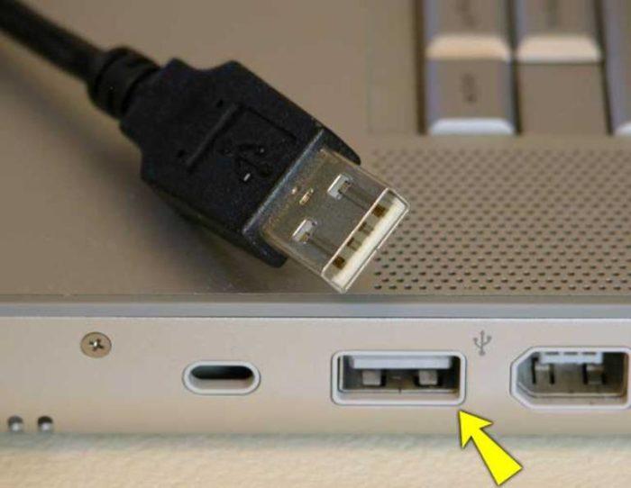 Подключаем USB-кабель веб-камеры к одному из портов USB компьютера, расположенных на боковой, передней или задней панели