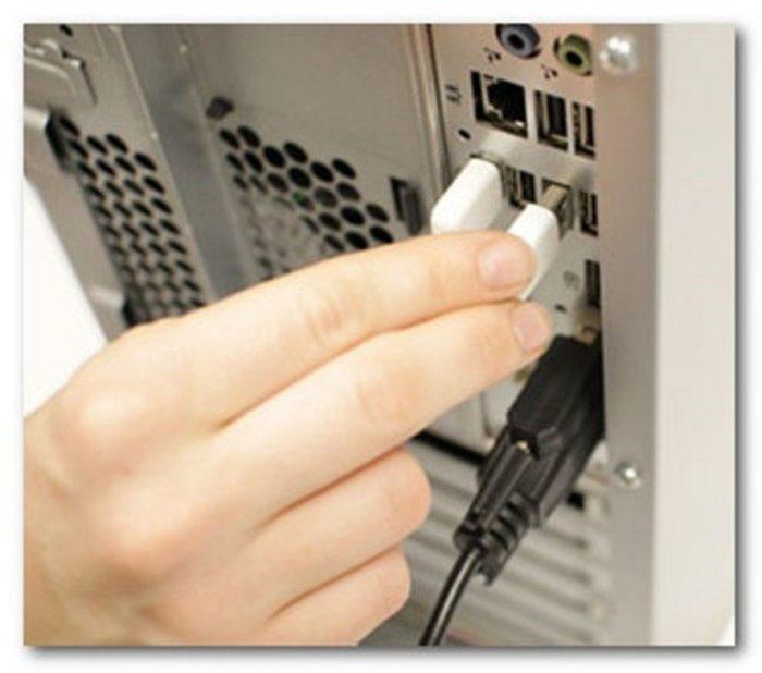 Разъем USB вставляем в порт USB только одной стороной, если не вставляется переворачиваем на 180 градусов