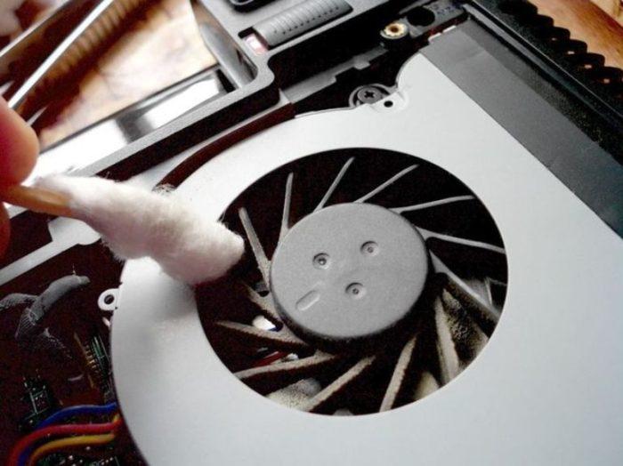 Аккуратно очищаем крыльчатку вентилятора системы охлаждения с помощью кисточки или ватного тампона