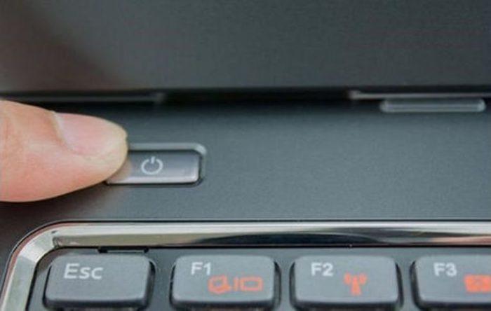 Через 2-3 минуты включаем ноутбук, нажав на кнопку питания