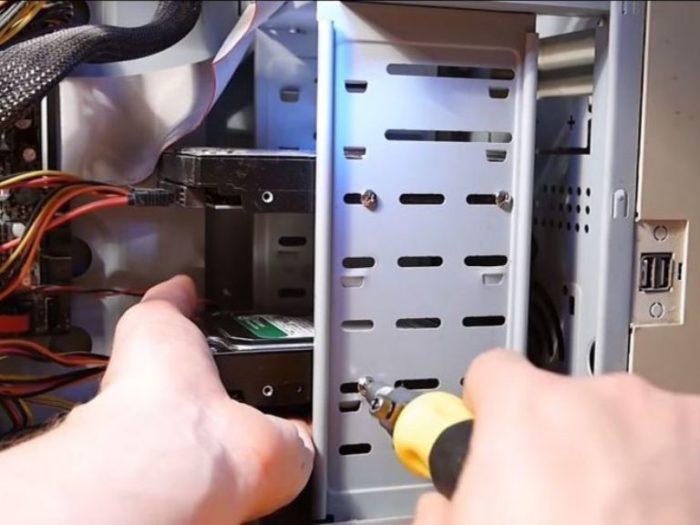 Откручиваем винты, которыми диск прикреплен к системному блоку