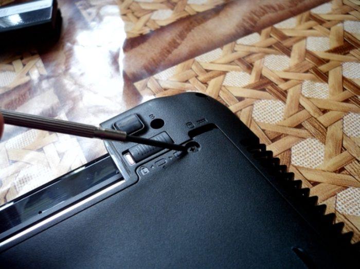 Откручиваем все не заглубленные шурупы, удерживающие крышку ноутбука