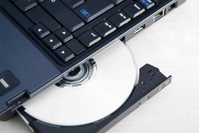 Вставляем диск с драйверами в привод оптических дисков ноутбука, открыв его нажатием кнопки и защелкнув его обратно после установки CD