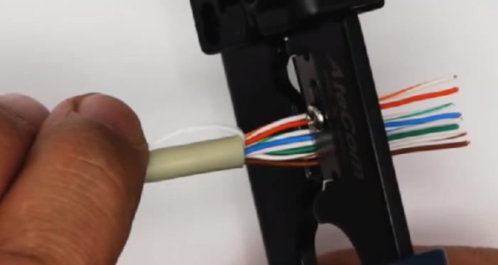 Отступаем от края внешней оболочки 12-14 мм, срезаем концы проводников