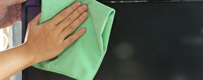 Распыляем спрей или другую жидкость на микрофибру и протираем рамки монитора