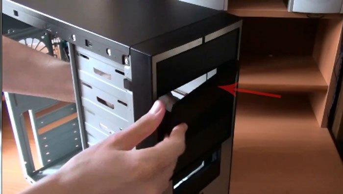 Аккуратно вытаскиваем из передней панели одну из заглушек для пятидюймовых устройств