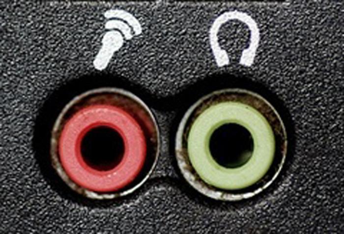 Для подключения не используем разъем с рисунком микрофона