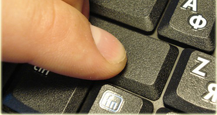 Надавливаем на клавишу до щелчка
