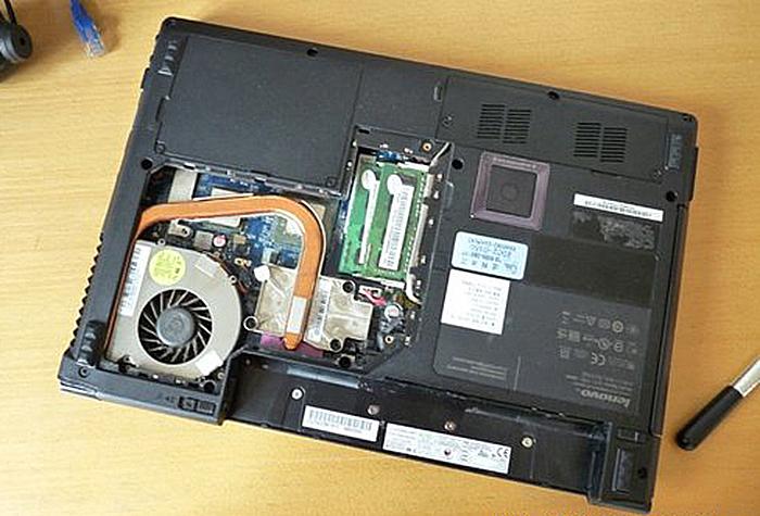 Ноутбук со снятыми крышками