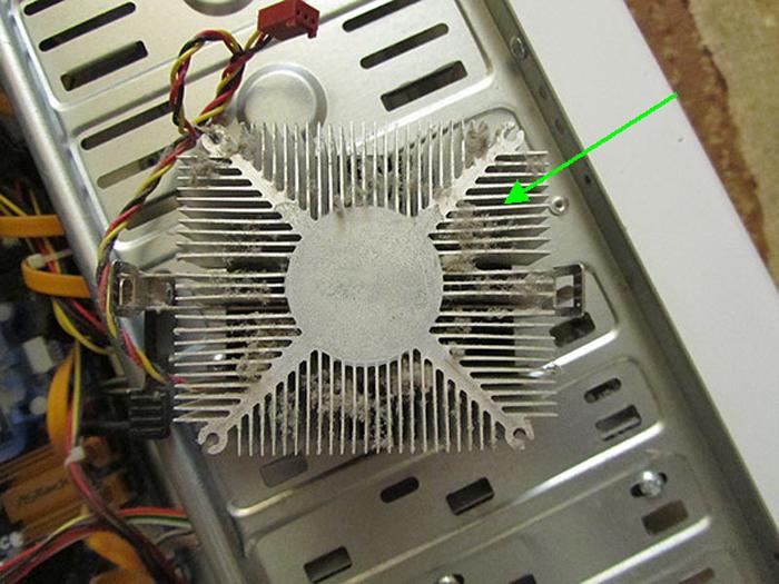 Очищаем радиатор с применением кисточки и пылесоса