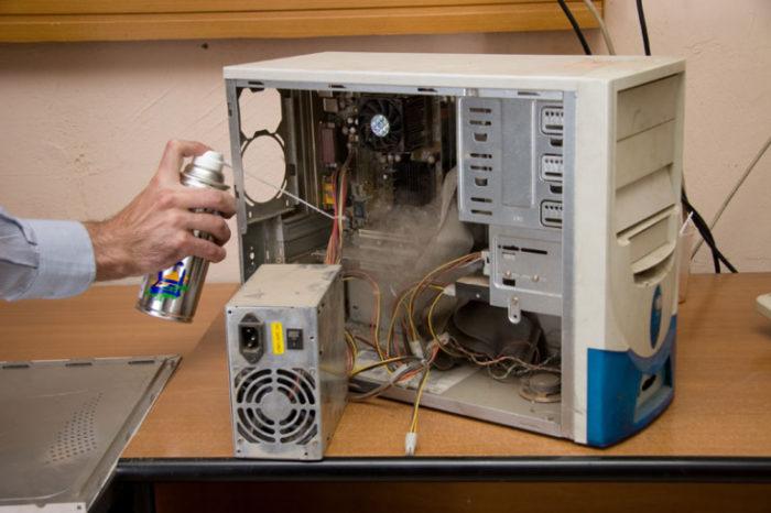 Очищаем системный блок от пыли с помощью пылесоса и баллона со сжатым воздухом