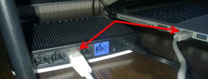 Подключаем специальный кабель к роутеру и компьютеру