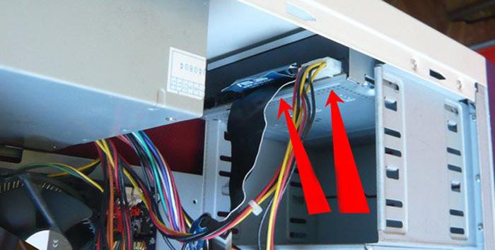 Повреждение шлейфа, подключенного к дисководу и материнской плате, может влиять на отображение дисковода в системе
