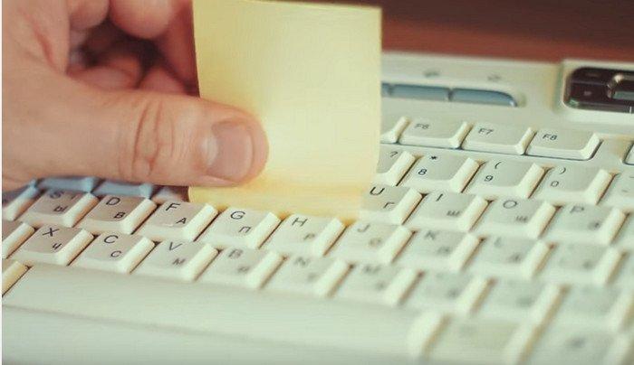 С помощью стикеров возможно обработать незначительные загрязнения на клавиатуре с малой поверхности