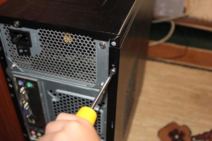 Снимаем боковые крышки с системного блока