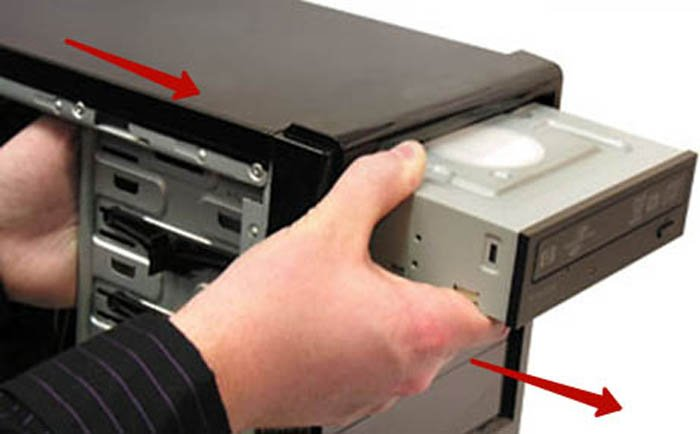Тянем дисковод внутрь системного блока и вытаскиваем