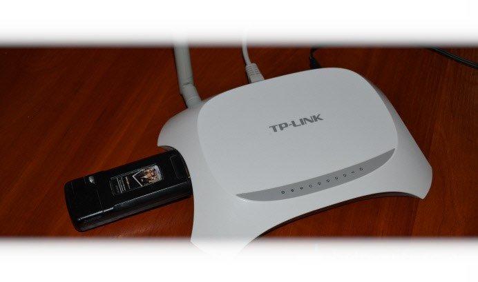 Запускаем маршрутизатор и в специальный «USB» разъем подключаем к нему модем