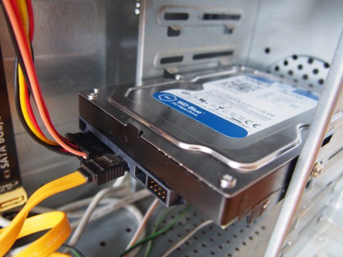 Аккуратно дожимаем кабели в разъемах жесткого диска, устранив возможное отсутствие контакта