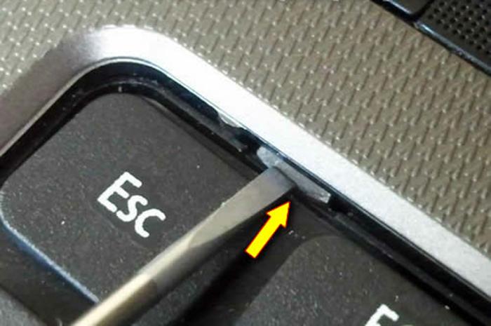 Извлекаем клавиатуру при помощи плоской отвёртки