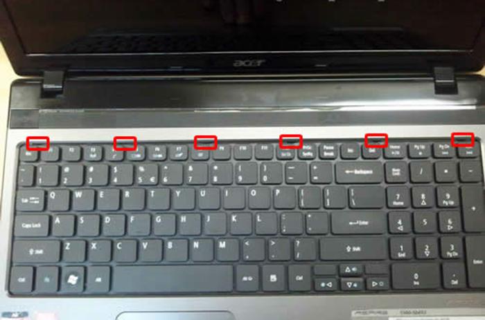 Нажимаем защелки в корпусе, после чего отпускаем клавиатуру