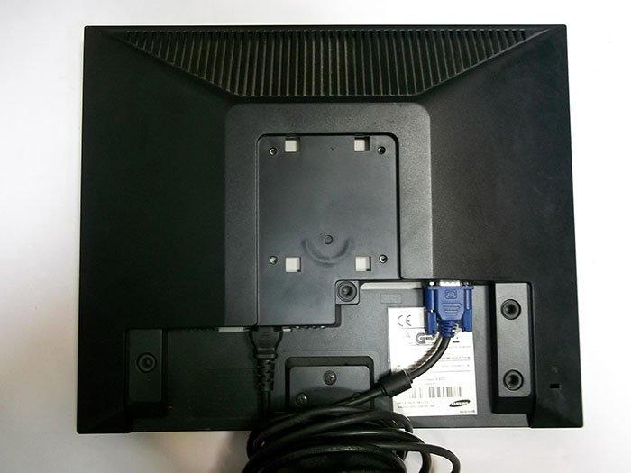 Отсоединяем кабель от монитора
